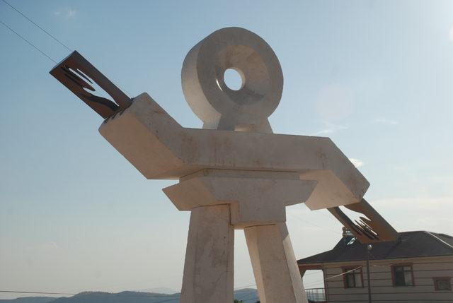 'Kulluk' geleneğinin sürdürüldüğü köye 'Semah' heykeli dikildi