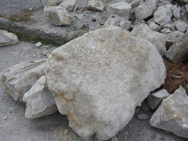 Çorum Kalesi'nde kaya düşmesine tel örgülü önlem
