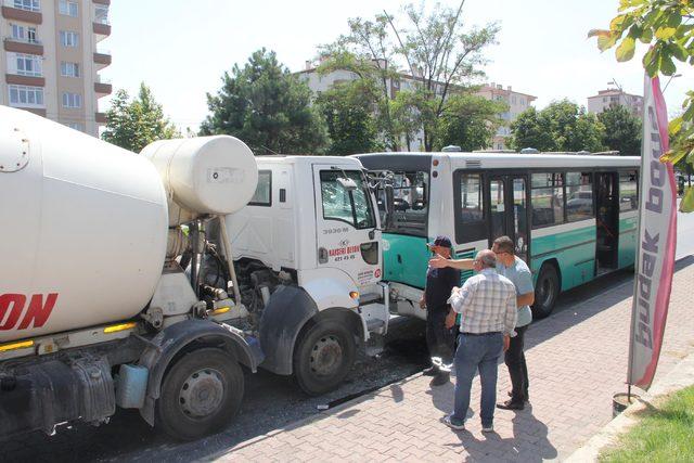 Beton mikseri, halk otobüsüne çarptı: 9 yaralı
