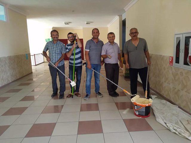 Müdür ve öğretmenler, okulu boyadı
