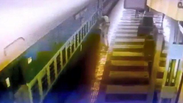 İstasyonda korku dolu anlar… Ayağı tren ile platform arasına sıkıştı
