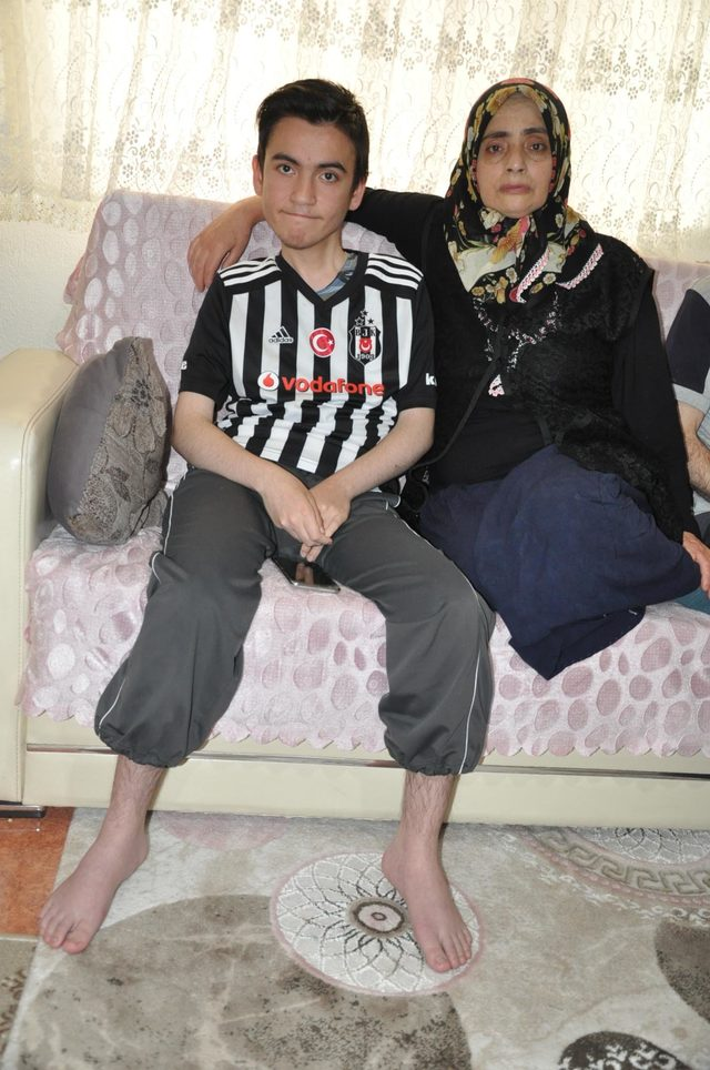 Kas erimesi hastası Mehmet'in umudu Hindistan'da tedavi olabilmek