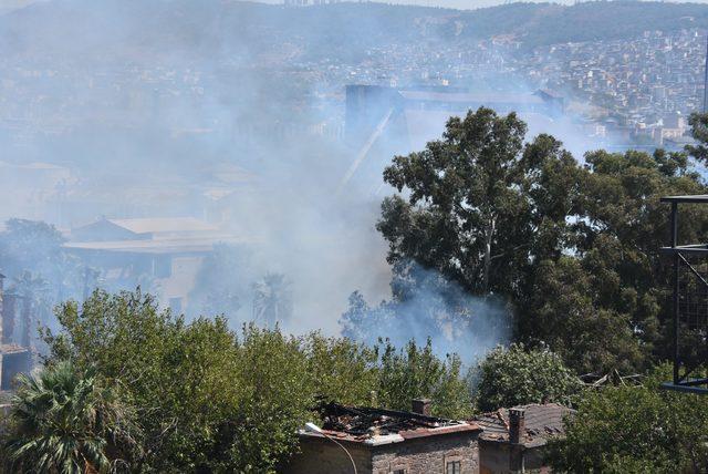 Kullanılmayan fabrika bahçesinde ot yangını