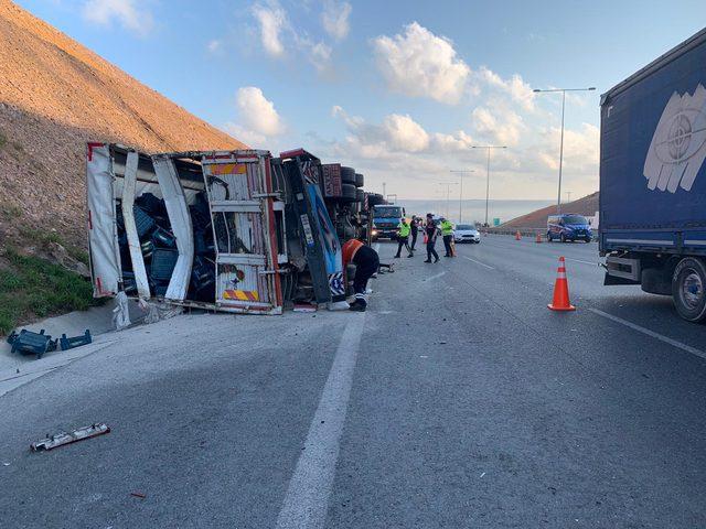 Çekmeköy'de TIR'la kamyon çarpıştı, sürücüler yaralandı