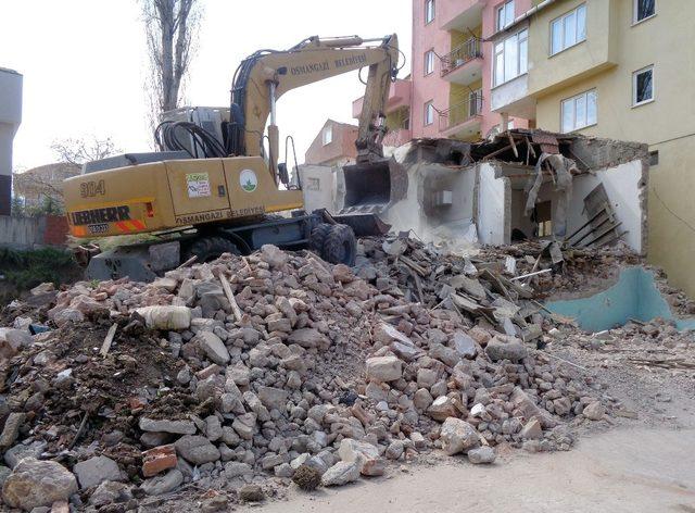 80 metruk bina yıkıldı