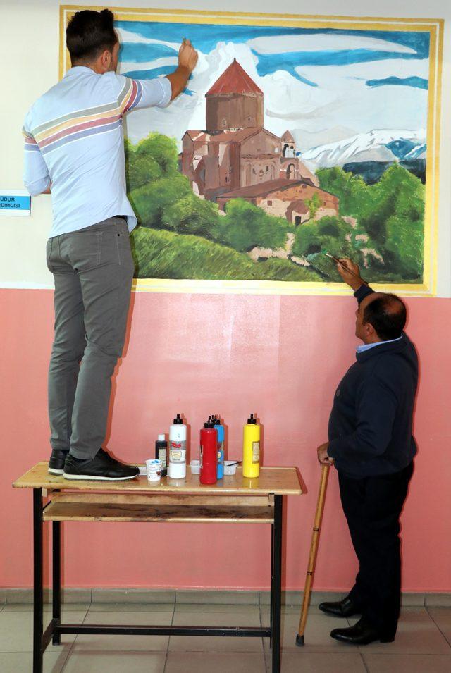 Okul koridorlarına Van'ın tarihi ve doğal güzelliklerini resmediyor