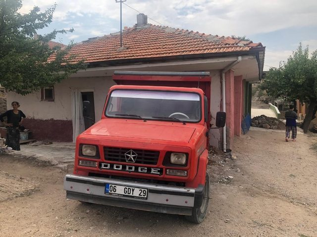 Geri manevra yapan kamyonet eve girdi