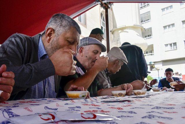 Gümüşhane'de Belediye Başkanlığı tarafından vatandaşlara aşure ikram edildi