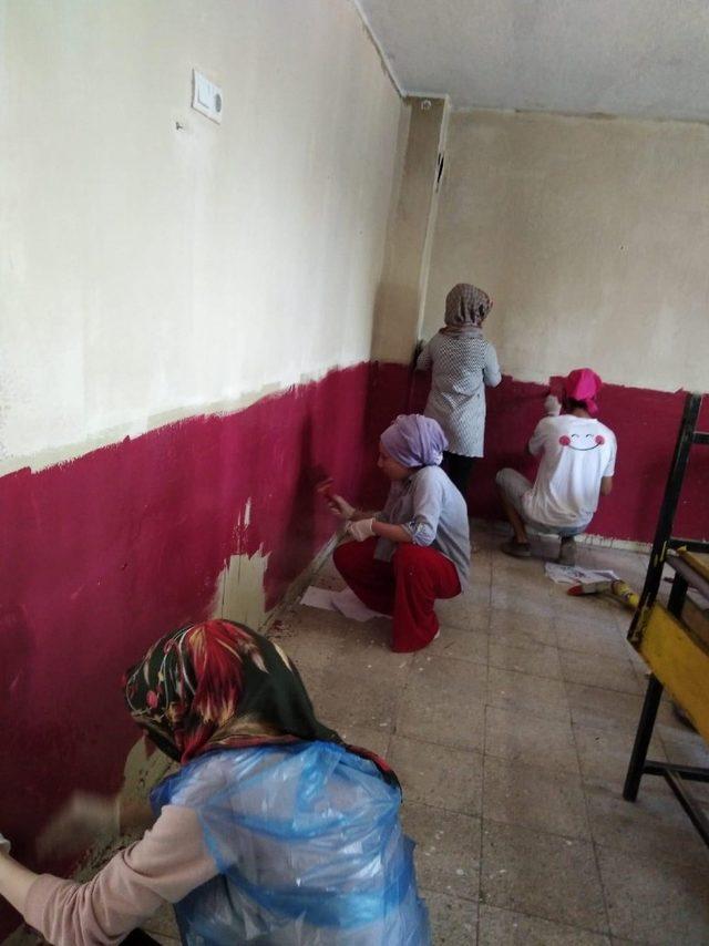 Üniversite öğrencileri ile öğretmenler okulu boyadı
