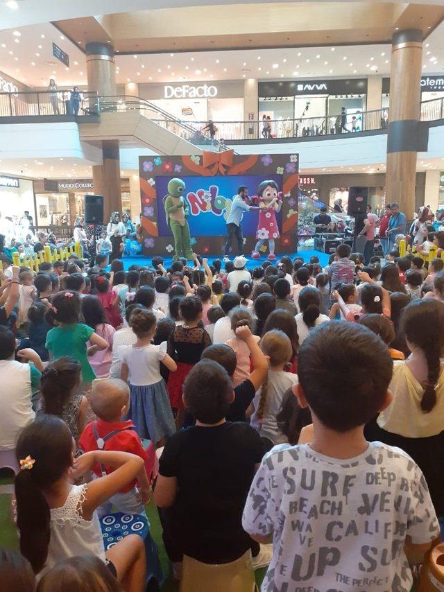 Niloya, Piazza'da çocuklarla buluştu