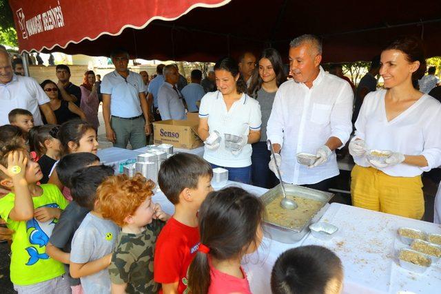 Manavgat belediyesi 5 bin kase aşure dağıttı