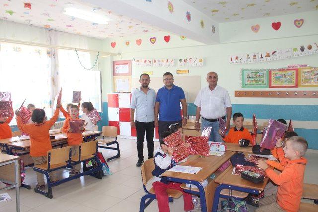 Okulla yeni tanışan öğrencilere hediye