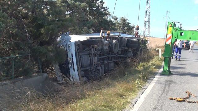 Arnavutköy'de şiddetli rüzgarın TIR'ı devirdiği iddiası: 2 yaralı