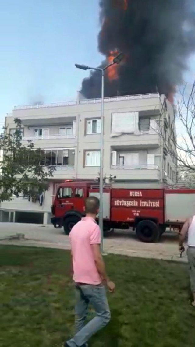 Bursa'da dört katlı bina alev alev yandı