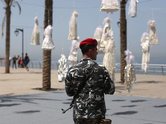 Kadınların Kirpiği Yere Düşmesin: Lübnan'da Tecavüz Suçlularıyla Evlendirilen Kadınlar İçin Beyaz Gelinlikli Çarpıcı Protesto