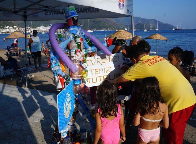 Halk plajından toplanan atıklarla çöpten adam yaptılar