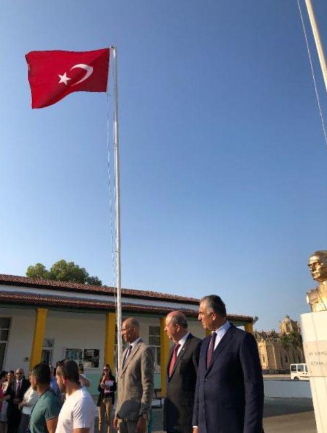 KKTC Başbakanı ile Milli Eğitim Bakanı, Türk bayrağının çalındığı okula gitti
