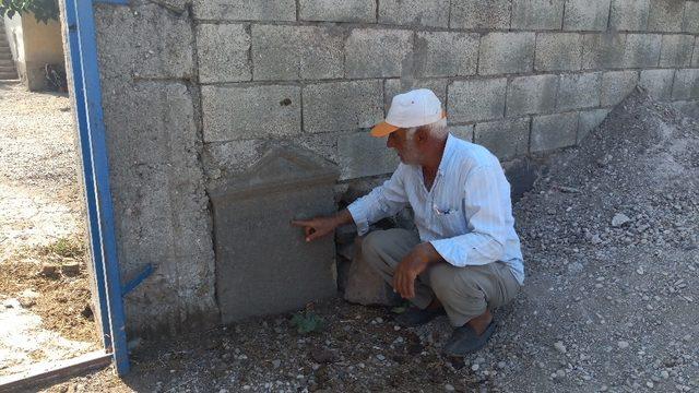 Tarihi mezar taşından duvar yaptı, tesadüfen fark edildi