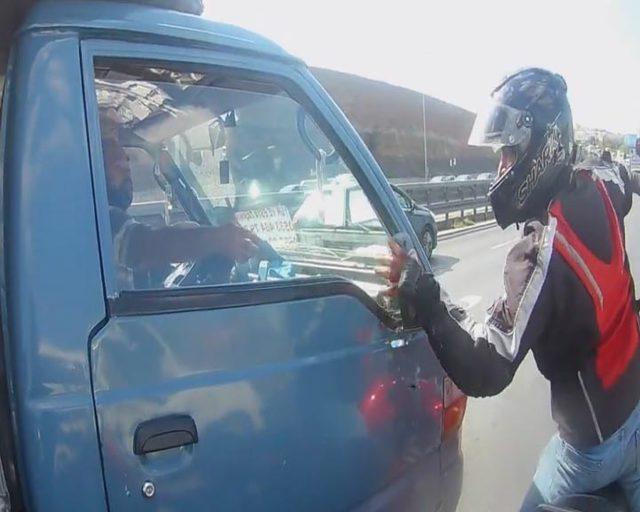 D-100'de yol tartışması; motosiklet sürücüsü kamyonetin aynasını kırdı