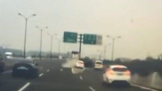 Çin'de akılalmaz kaza: Refüje çarpan otomobil dik durdu