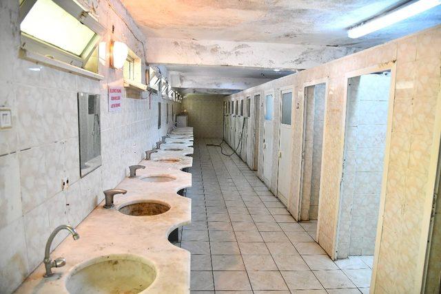 Isparta Belediyesi, yenilemek üzere eski cami tuvaletini yıktı