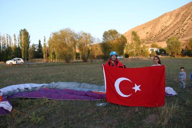 Gaziler Gününde yamaç paraşütüyle uçtu