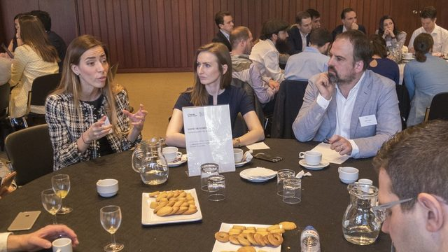 2017'de Eleni Antoniadou (sağda) Lizbon'da Avrupa'nın Genç Liderleri konulu bir seminerde
