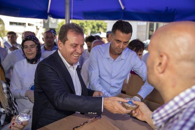 Başkan Seçer, vatandaşlara aşure ikram etti