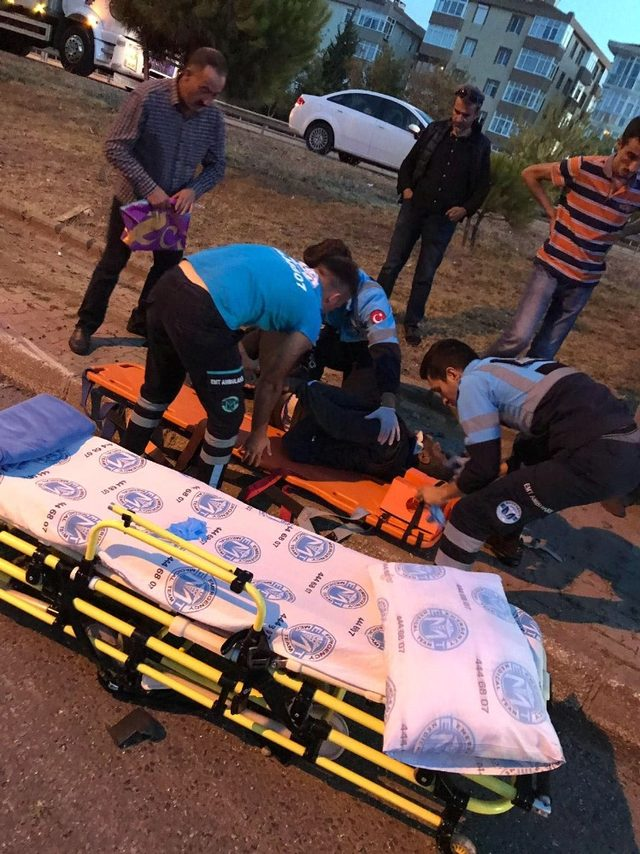 Yan yola uçan aracın çarptığı yaya ağır yaralandı