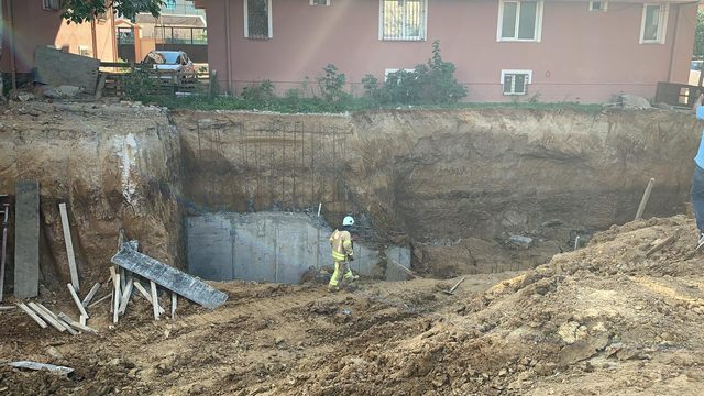 Sultanbeyli'de inşaatta çökme (1)