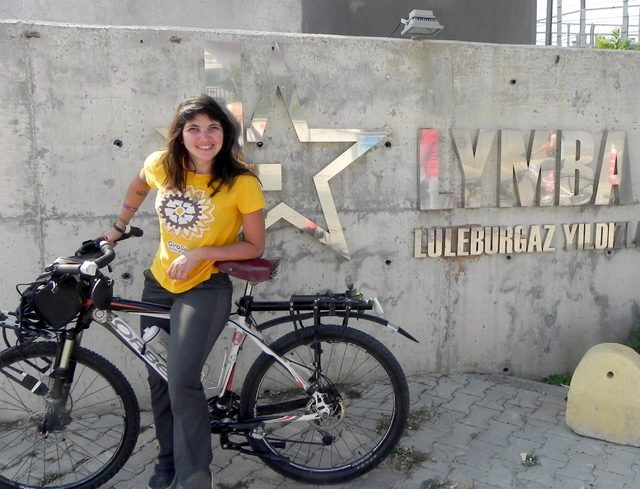 Brezilyalı Larissa, bisikletle Çin'e gidiyor