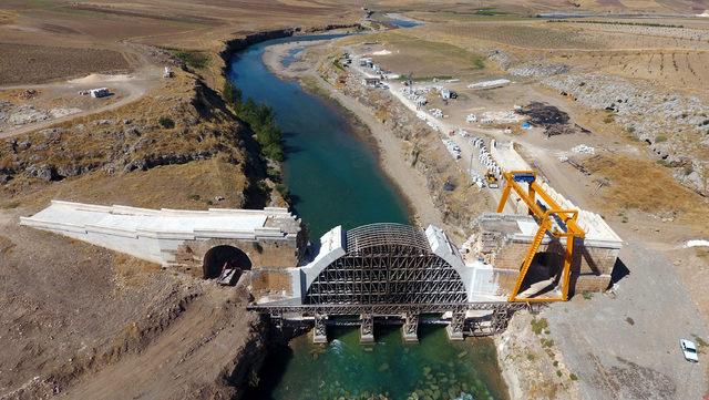 Kavga eden köylülerin yıktığı tarihi köprüde, restorasyon sürüyor