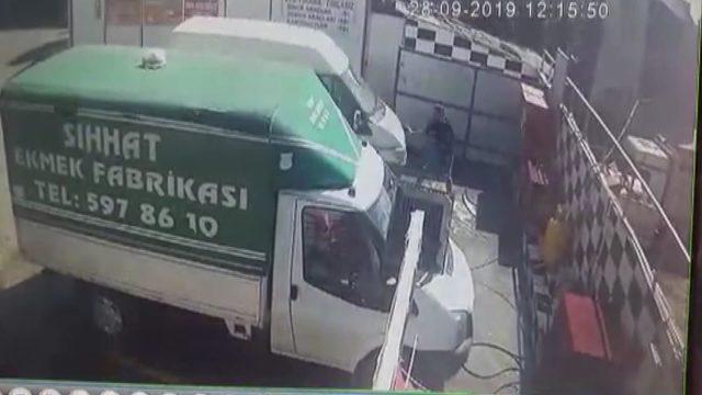 Arnavutköy'de oto yıkamacıdaki feci kaza kamerada