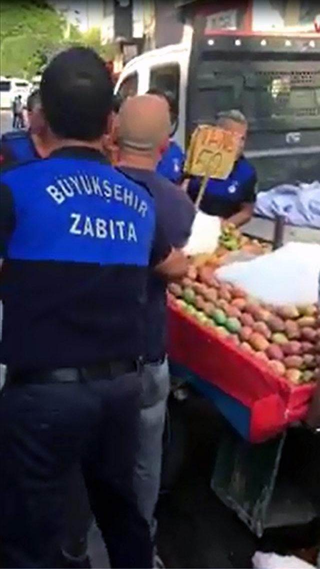 Zabıta seyyar satıcının incirlerini döktü, çevredekiler para verdi