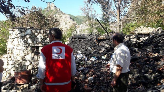 Boyabat'ta evi yanan aileye Kızılay'dan yardım eli