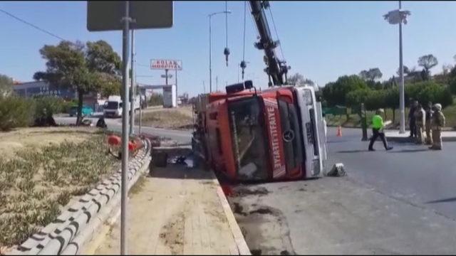 Silivri'de itfaiye aracı devrildi: 3 yaralı