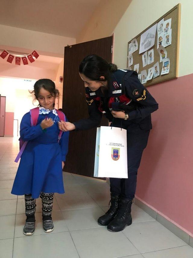 Jandarma ekipleri çocukları unutmadı