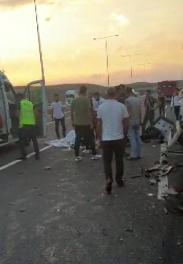 Arnavutköy'de yolcu otobüsüne çarpan kamyonun sürücüsü yaralandı