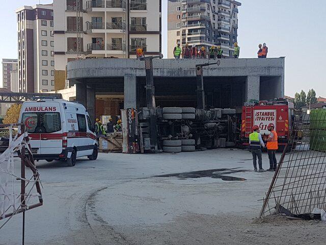 Bağcılar'da vinç kamyonu devrildi; İtfaiye yaralı kişiyi kurtarmaya çalışıyor (1)