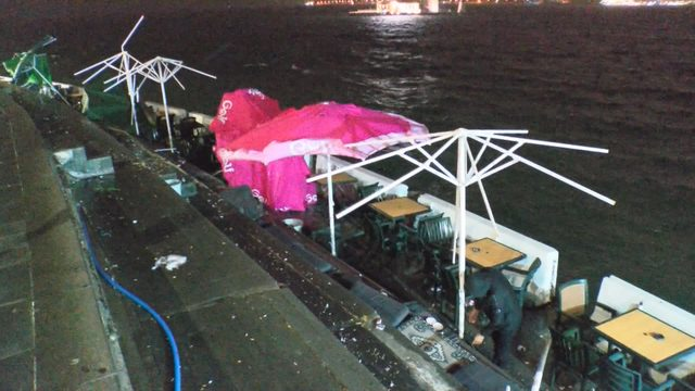 (Özel) Rüzgâr üsküdar sahilde kafe ve restoranlara zarar verdi