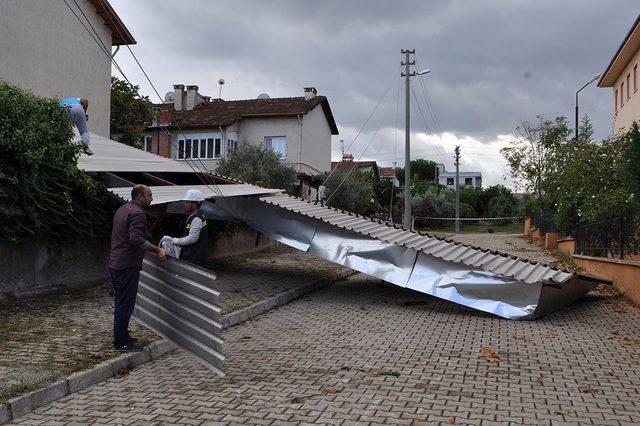 Turgutlu'da yağmur ve rüzgar hayatı olumsuz etkiledi