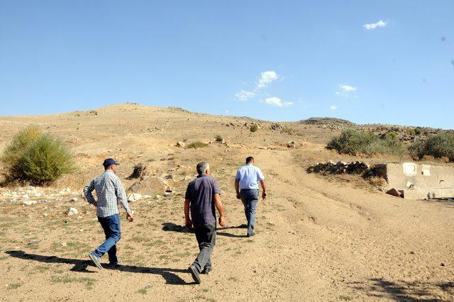 Köylüler, cep telefonu ile konuşmak için dağa çıkıyor