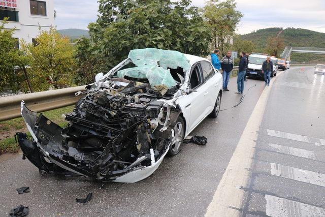 Kartal'da otomobil kamyona çarptı