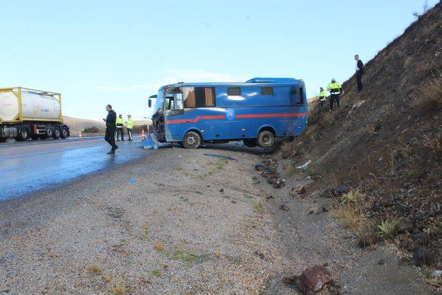 Mahkum taşıyan nakil aracı devrildi: 9 yaralı/ Ek fotoğraflar
