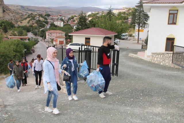 Gençler, çevre temizliği yaptı