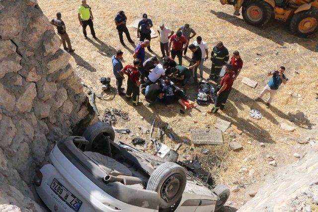 Otomobil 3 metrelik istinat duvarından düştü; sürücü öldü