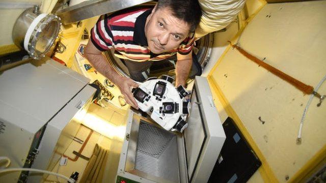 Kozmonot Oleg Kononenko, Uluslararası Uzay İstasyonu'nda üç boyutlu yazıcıyı kullanarak inek hücrelerini bifteğe dönüştürdü.