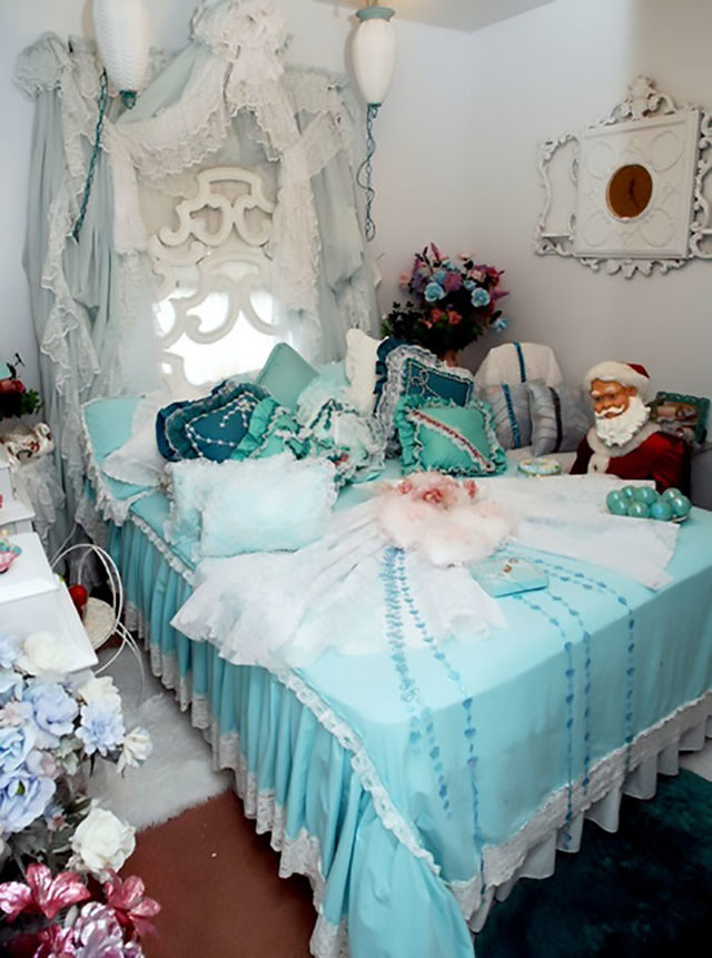 beds-bedrooms-with-threatening-auras-49-5d9d8f4bd226c__700