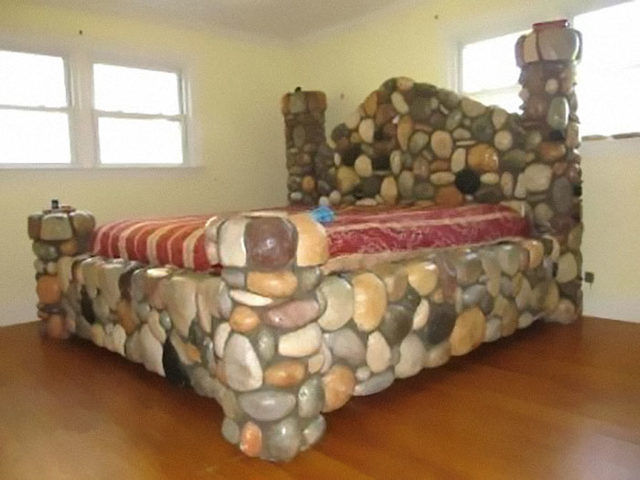 beds-bedrooms-with-threatening-auras-51-5d9da48faae6b__700