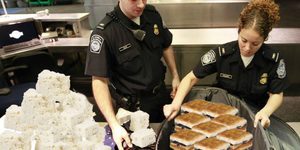 Hasretlik Böyle Bir Şey: Ülkesinden Çıkarken 32 Kilo Peynir ve Sucukla Havaalanında Yakalandı!